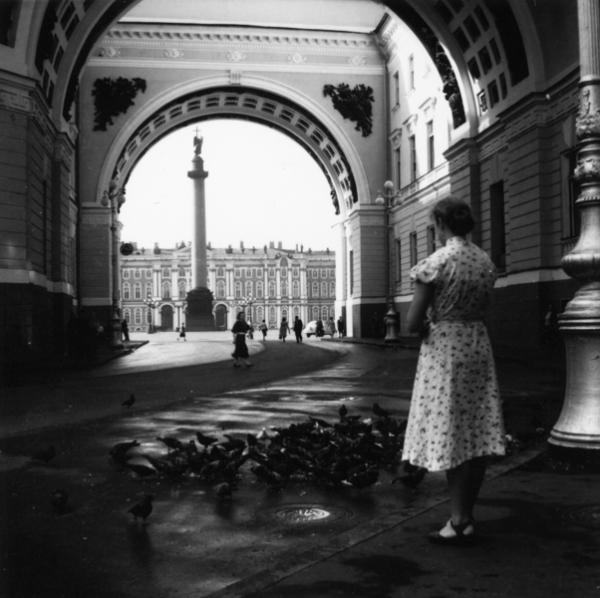 В арке Главного штаба, 1955.jpg