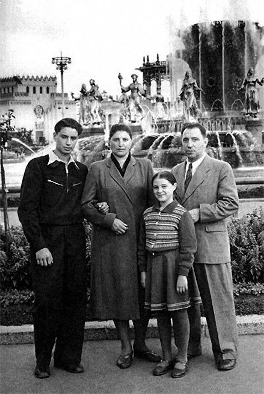 1175 Вениамин с родителями и сестрой Галей на ВДНХ.jpg