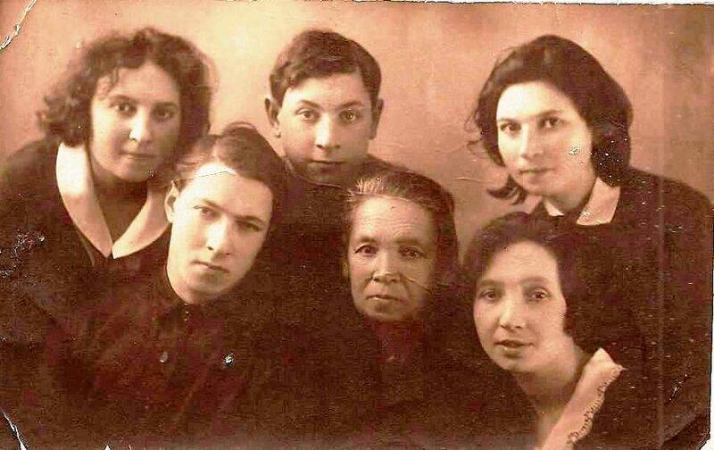 бабушка Рохл с детьми.jpg
