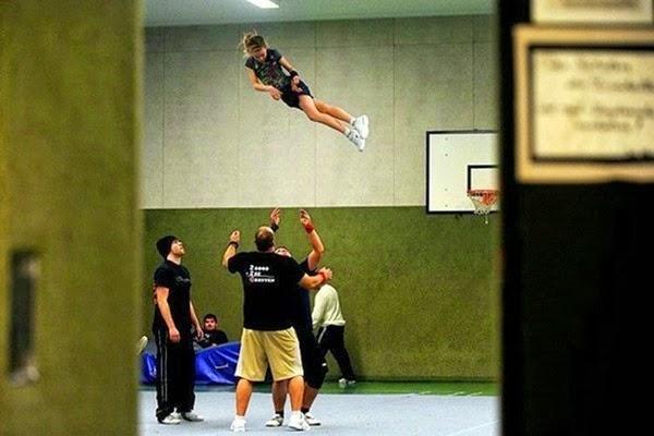 Радостные фотографии прыгающих людей и животных 0 13093d 7387eb41 orig
