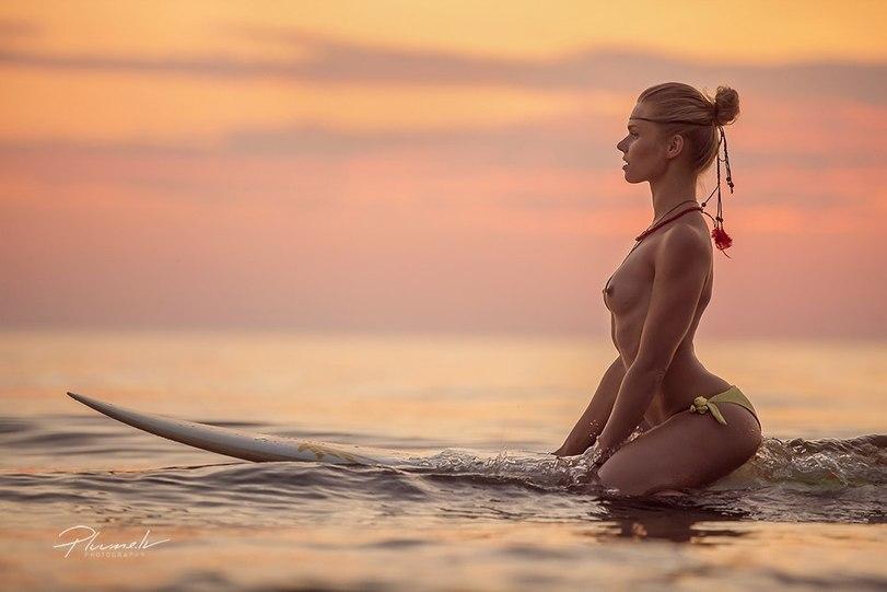 девушка в море ню