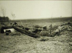 Солдат одной из армейских частей - знаменосец - в окопе.