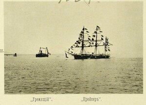 Канонерская лодка Гремящий и крейсер II-го ранга Крейсер (справа), украшенные флагами, на рейде