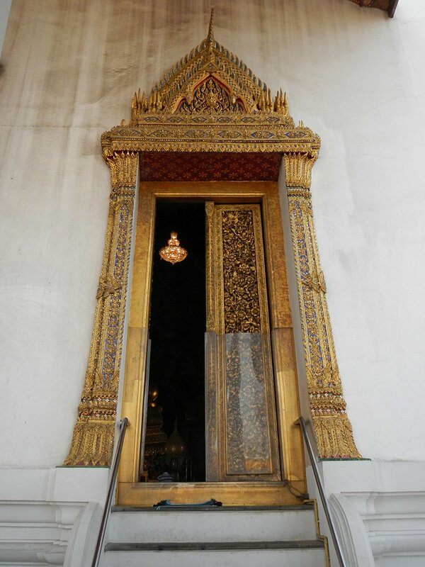 Позолоченные двери из тикового дерева - Храм Ват Сутхат (Wat Suthat Thep Wararam) и гигантские качели в Бангкоке