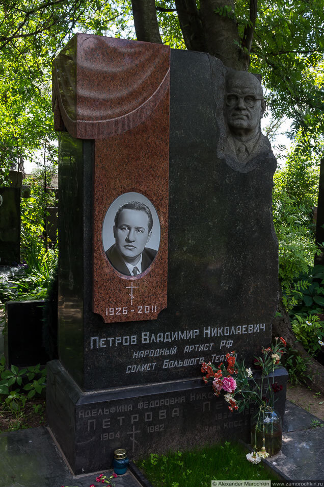 Памятник на могиле Петрова Владимира Николаевича на Новодевичьем кладбище