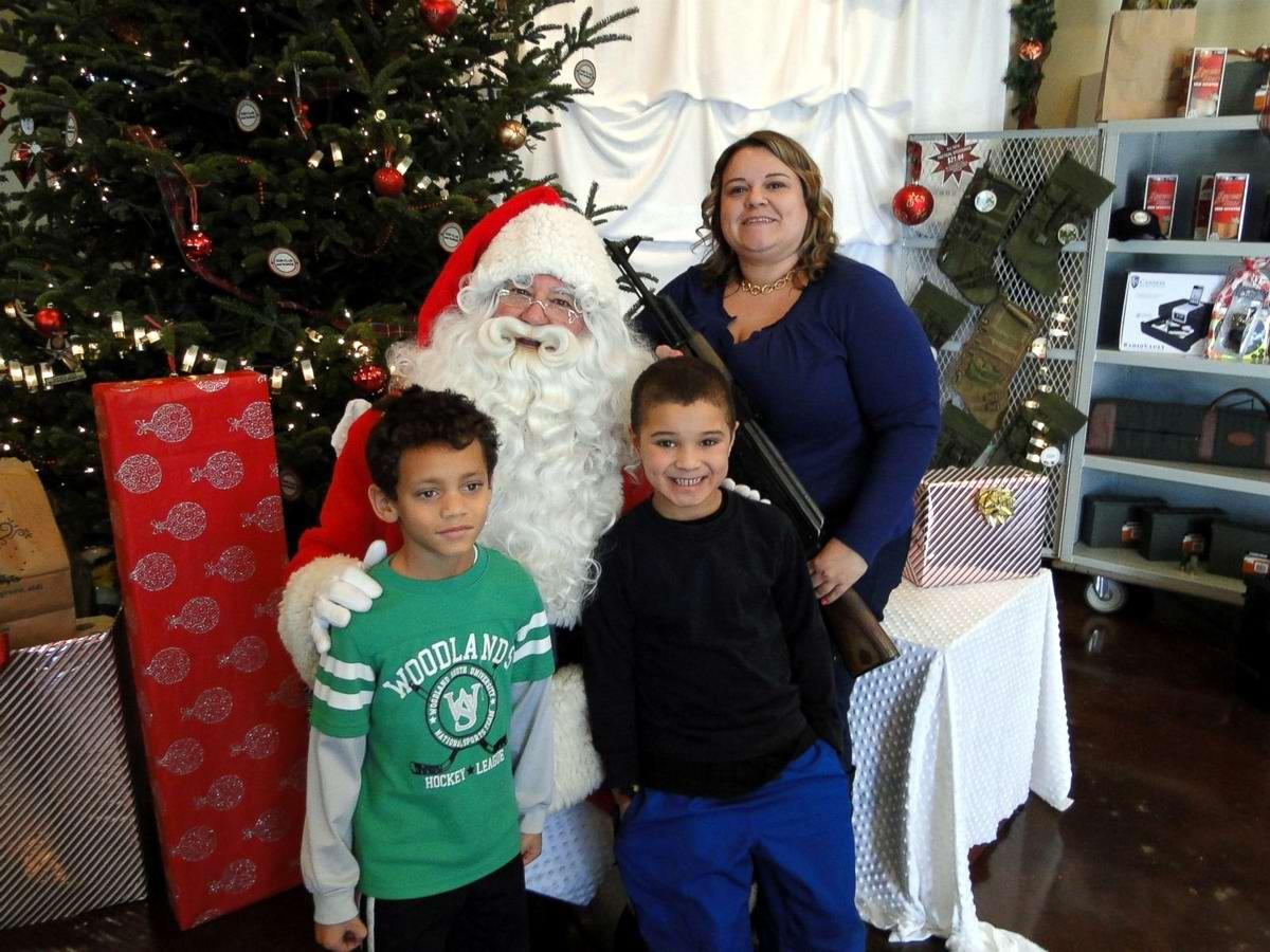 С автоматами в компании Санта-Клауса: Добропорядочные американцы готовятся к встрече Рождества (4)