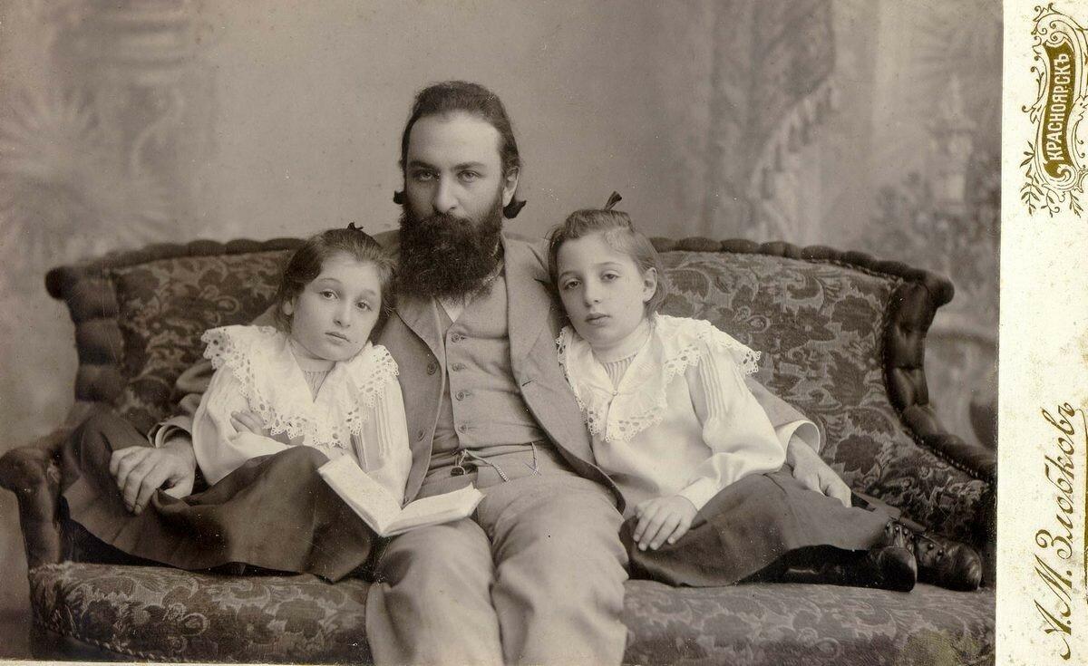 Нотариус Иосиф Абрамович Ицын с дочерьми