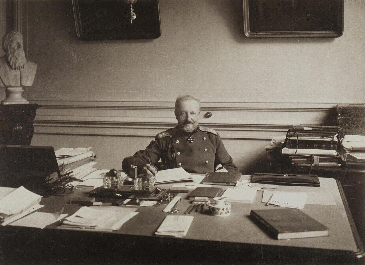 Портрет Николая Карловича Шильдера в рабочем кабинете