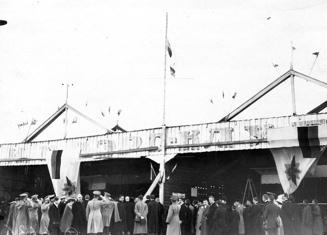 08. Поднятие флага Императорского Всероссийского аэроклуба на Комендантском аэродроме. 5 мая 1912