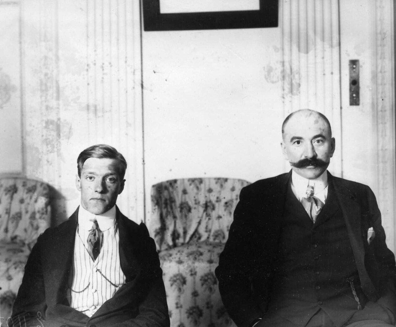 15. Два члена аэроклуба- слева авиатор Лерхе. 1910 - 1912