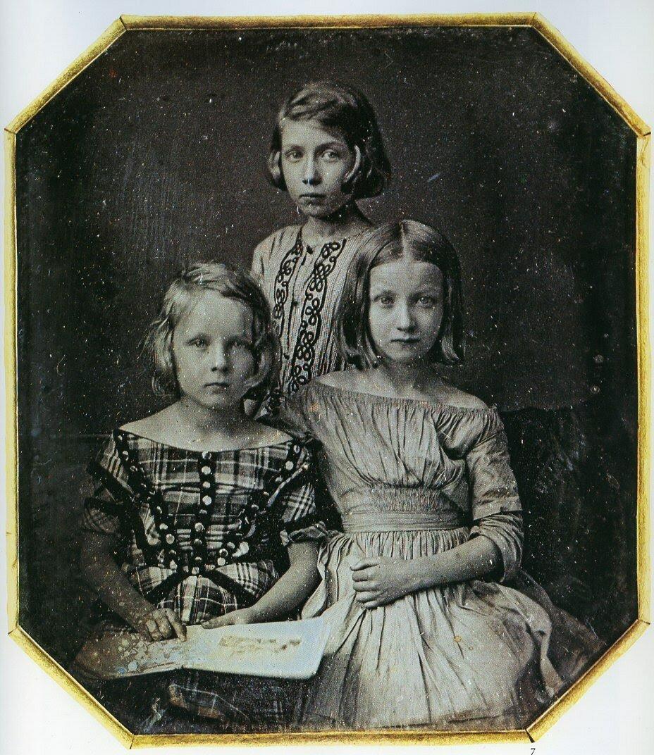 1847. Три девочки