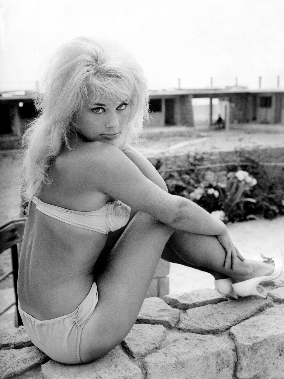 Elke SOMMER im Bikini am Strand , Italien 1960