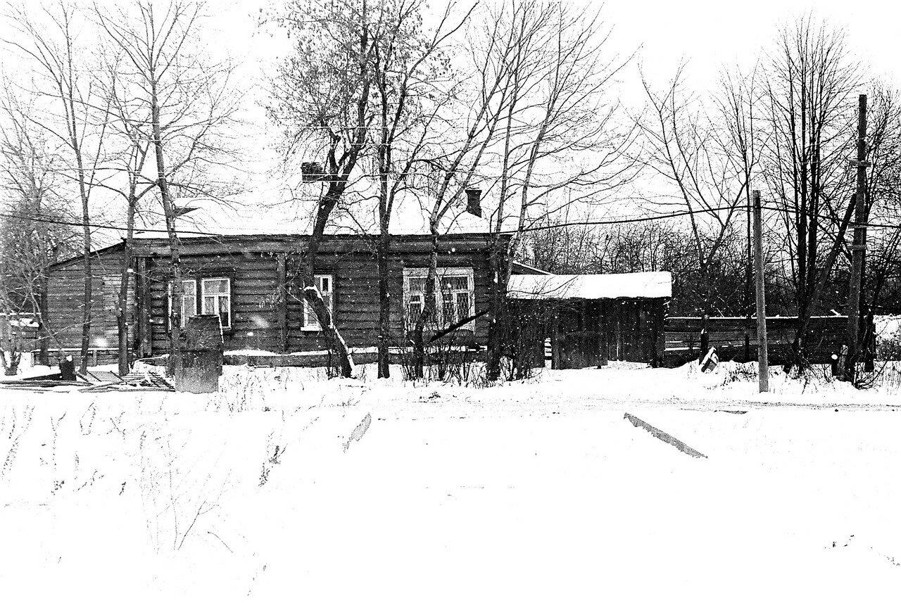 1981. Рядом с улицей Нижняя. Вид со стороны парка. Последняя крестьянская изба с воротами