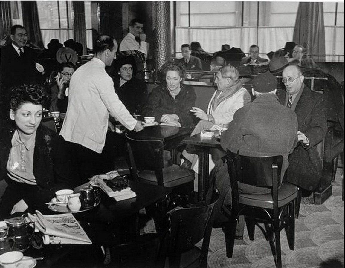 1939. Пабло Пикассо и Хайме Сабартес в кафе де Флор