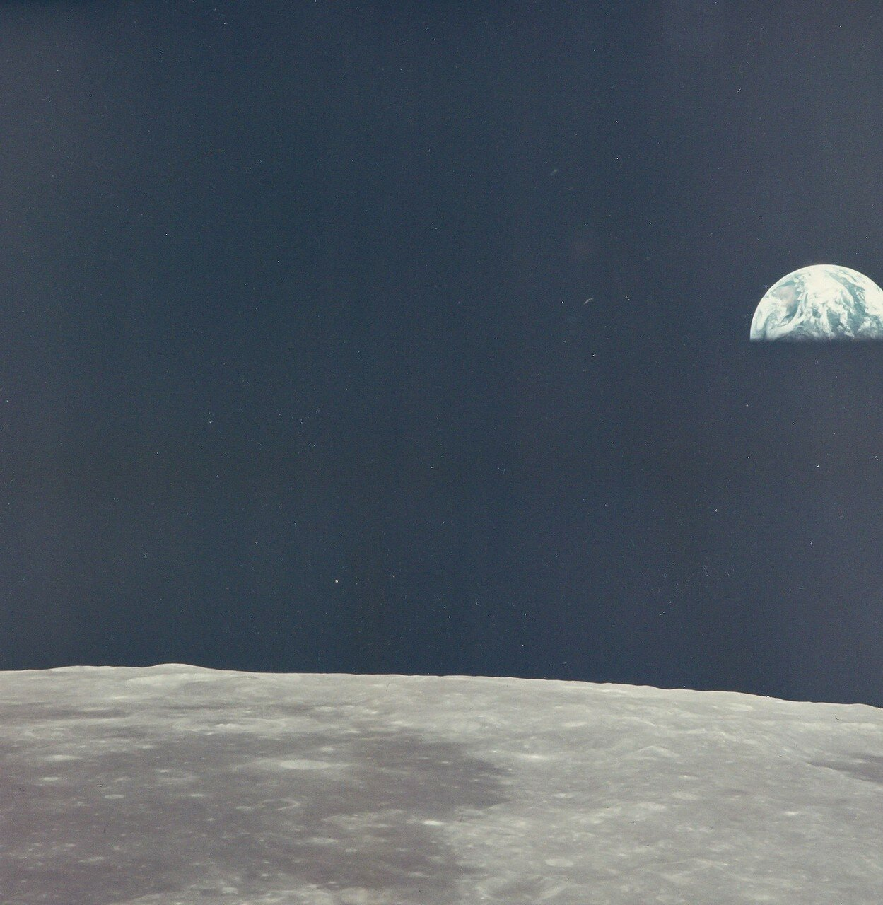 Была проведена проверка работы средств связи. Коллинз всё это время оставался в командном модуле, поэтому впервые в ходе полёта во время радиопереговоров использовались позывные обоих кораблей — «Колумбия» и «Орёл». На снимке: Восход Земли