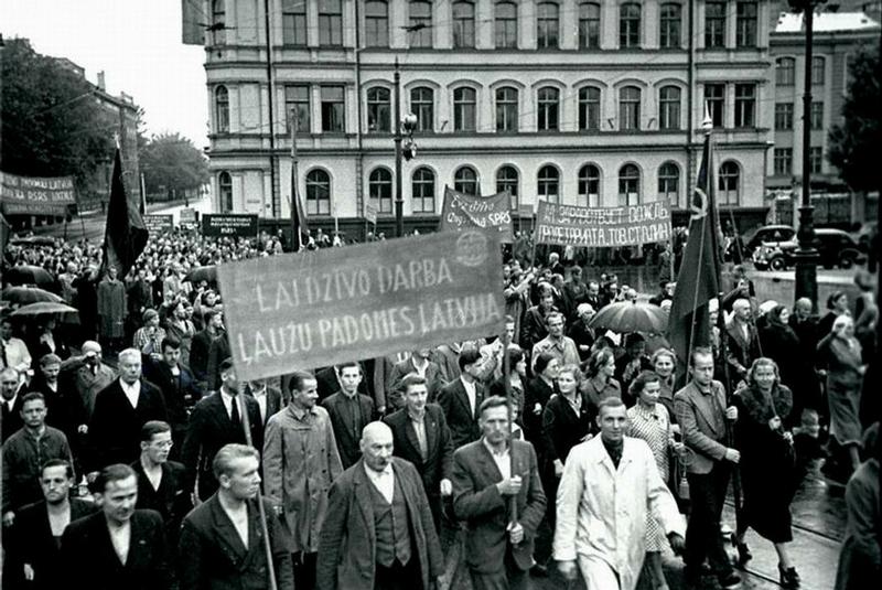 Рига. Рабочие празднуют присоединение Латвии к СССР.
