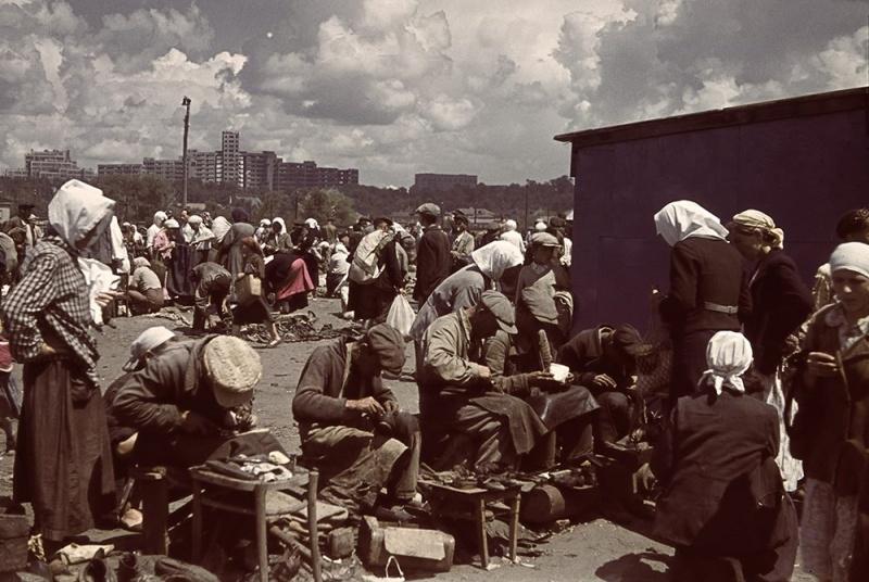 Мирные жители на Благовещенском рынке оккупированного Харькова