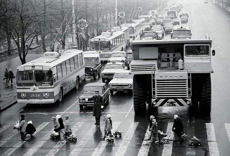 Юрий Иванов БелАЗ в Минске, 1972.jpg