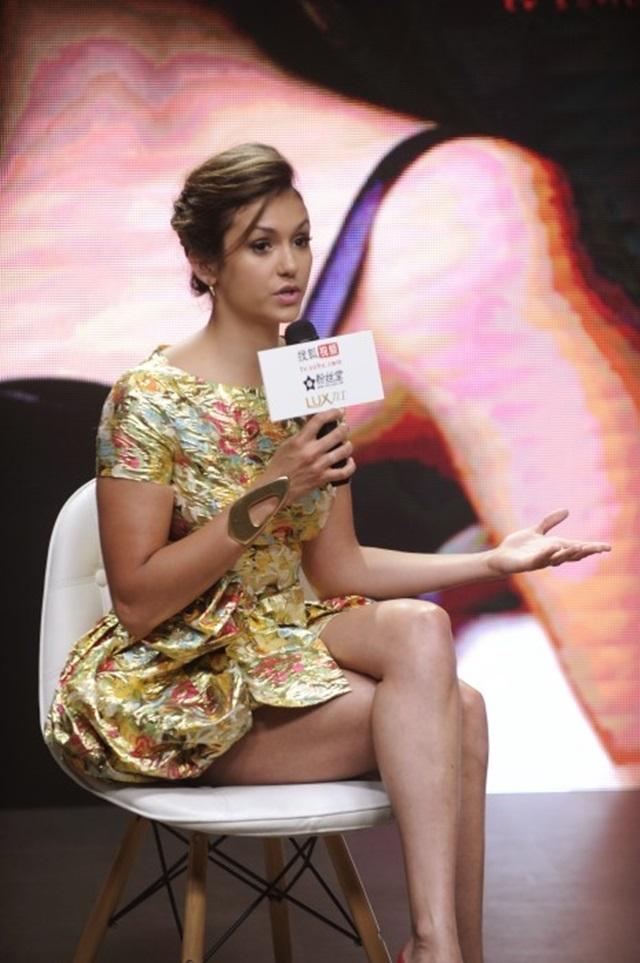 Фото. Нина Добрев на модном показе Versace в Париже