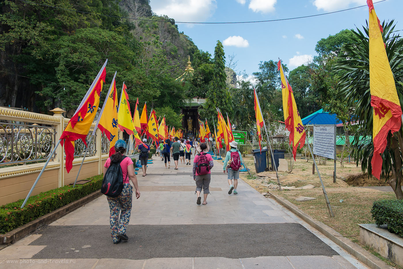 Фотография 7. Аллея с праздничным настроением. Поездка в Храм Тигриной Пещеры в провинции Краби самостоятельно. Отзывы туристов об отдыхе в Таиланде (500, 32, 8.0, 1/250)