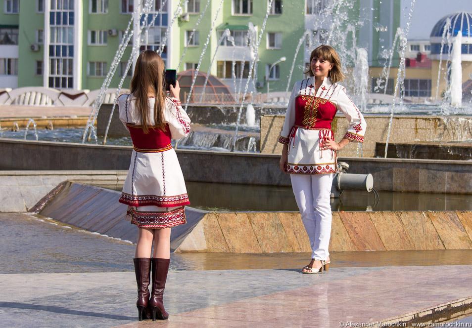 Девушки фотографируются