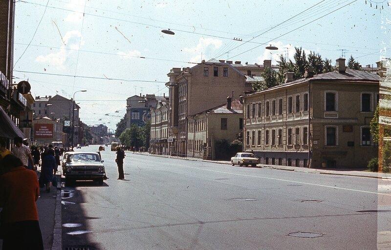 148259 Новослободская ул Юрий Славин 1978 метро слева впереди.jpg
