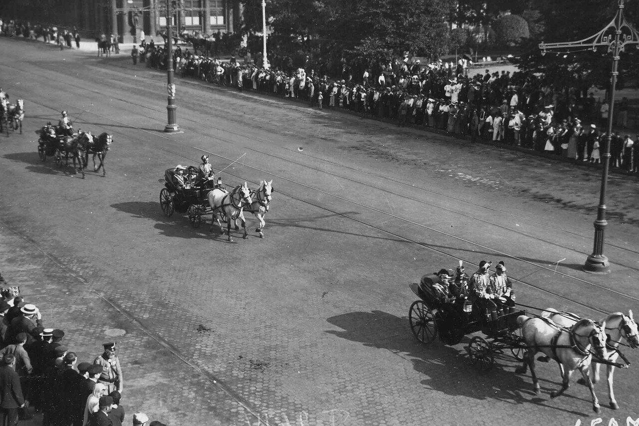47. Сопровождающие Р.Пуанкаре - представители французского правительства - в дворцовых колясках проезжают по Невскому проспекту у Екатерининского сквера. 8 июля 1914