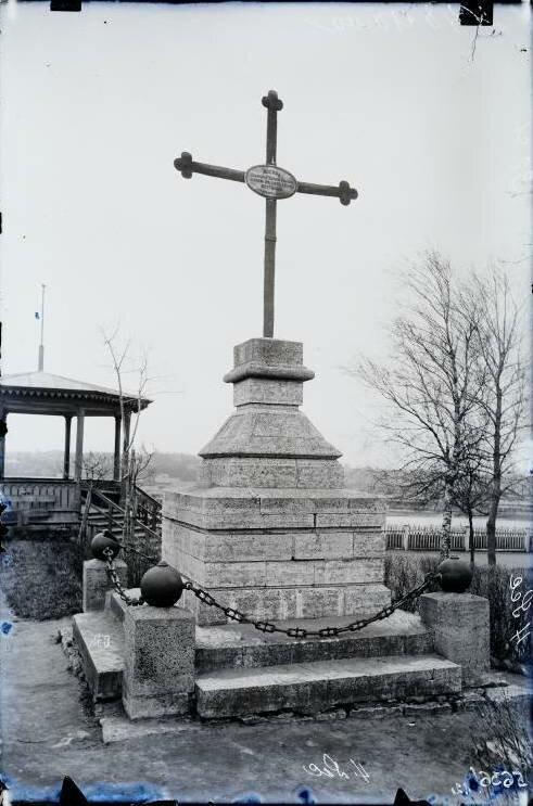 В память воинов Петра I, погибших при штурме Нарвы в 1704 году