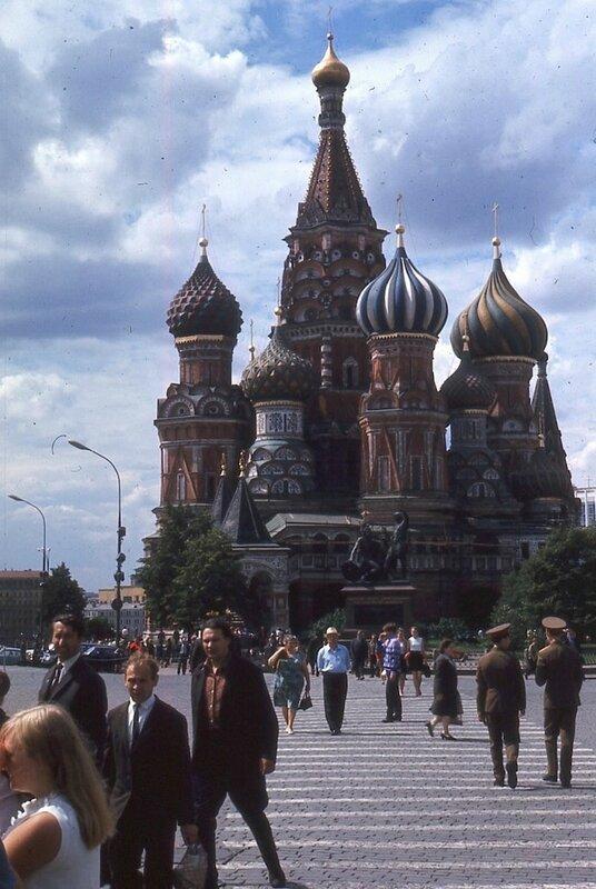 Собор Василия Блаженного. Впереди него памятник Минину и Пожарскому.