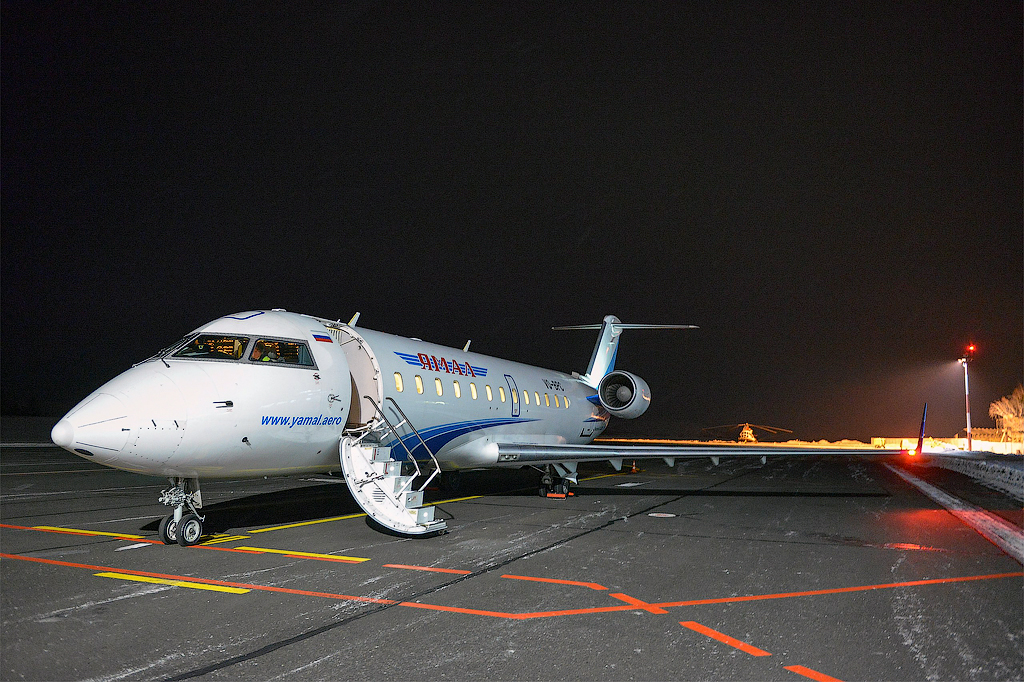 Самолет авиакомпании Ямал в аэропорту Горно-Алтайска