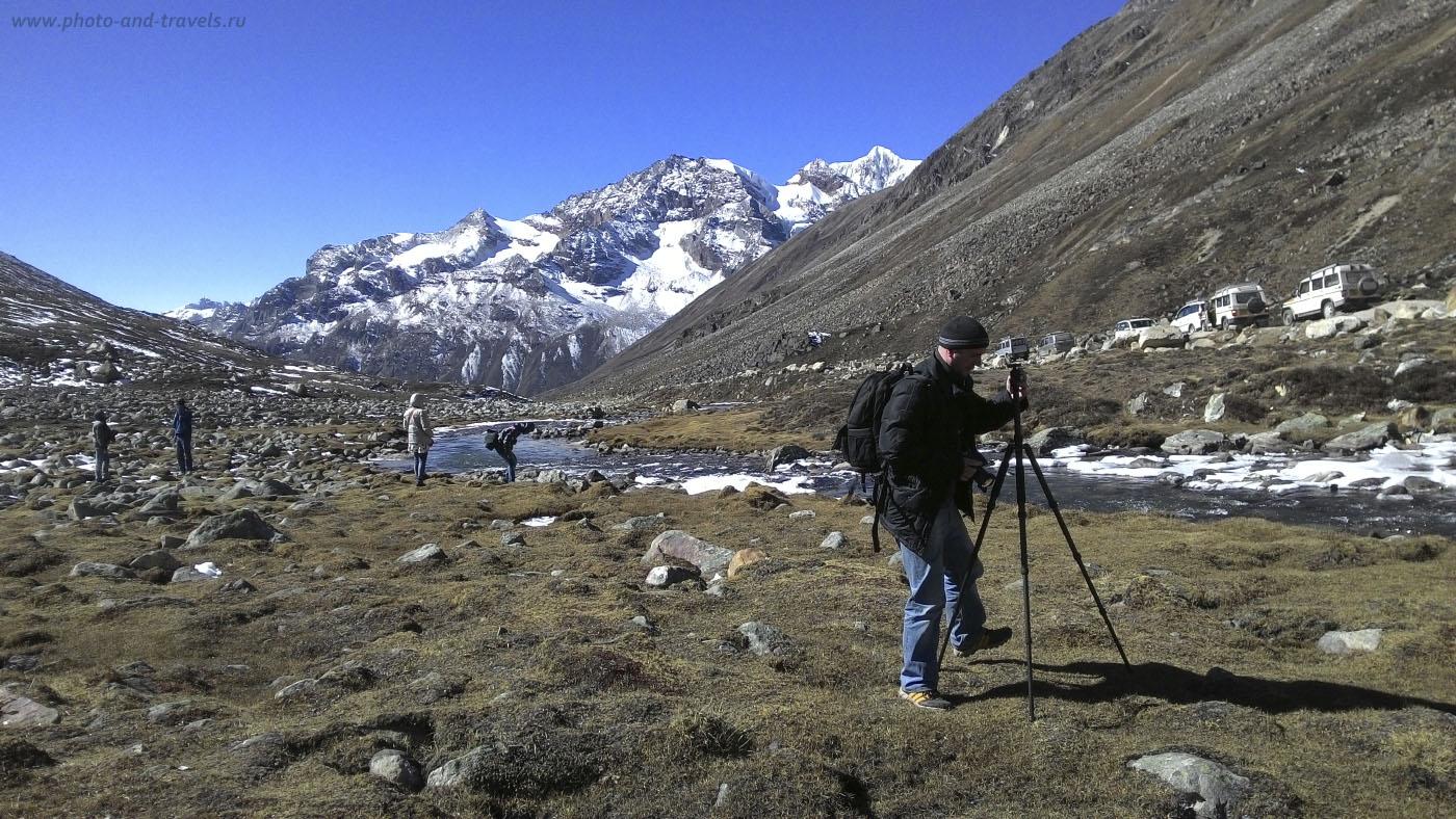 Фотография 31. Отчет о путешествии в Сикким. Долина между гор на смотровой площадке Zero Point (Yumesamdong) в Гималаях. Практически, в прямой видимости от нее – граница с Китаем. Снято на смартфон.