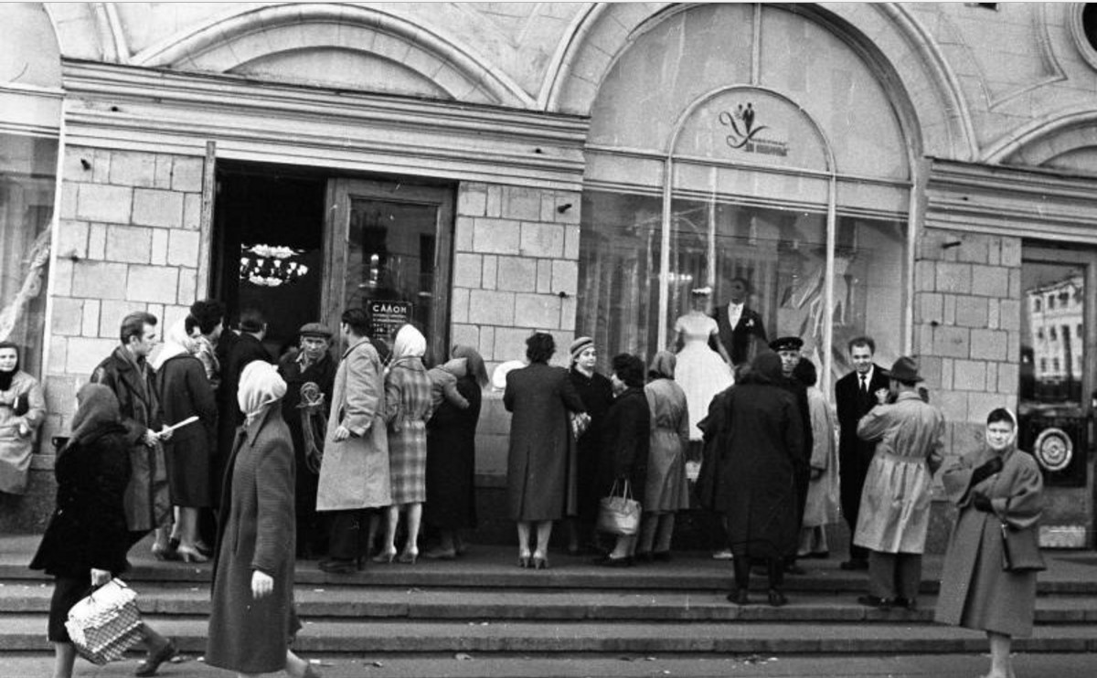 1961. У витрин салона для новобрачных на проспекте Мира