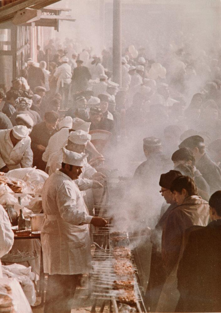 1970. Уличное барбекью