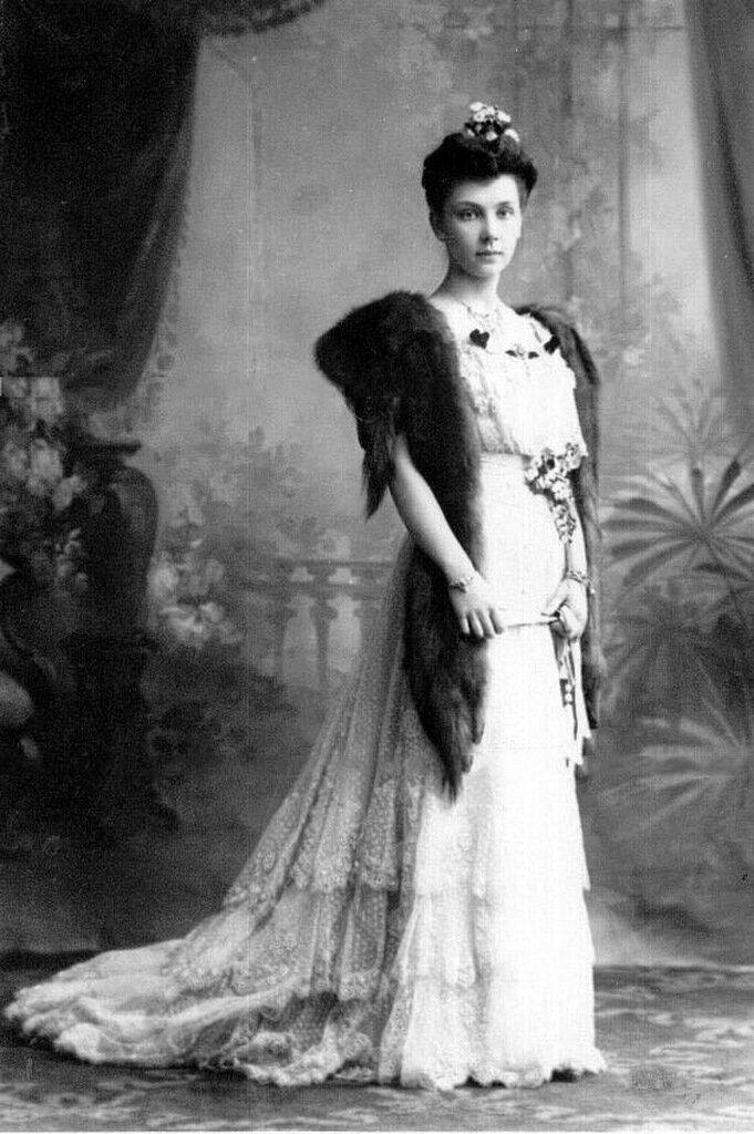 Старшая дочь П.А.Столыпина Мария в бальном платье,1907-1908