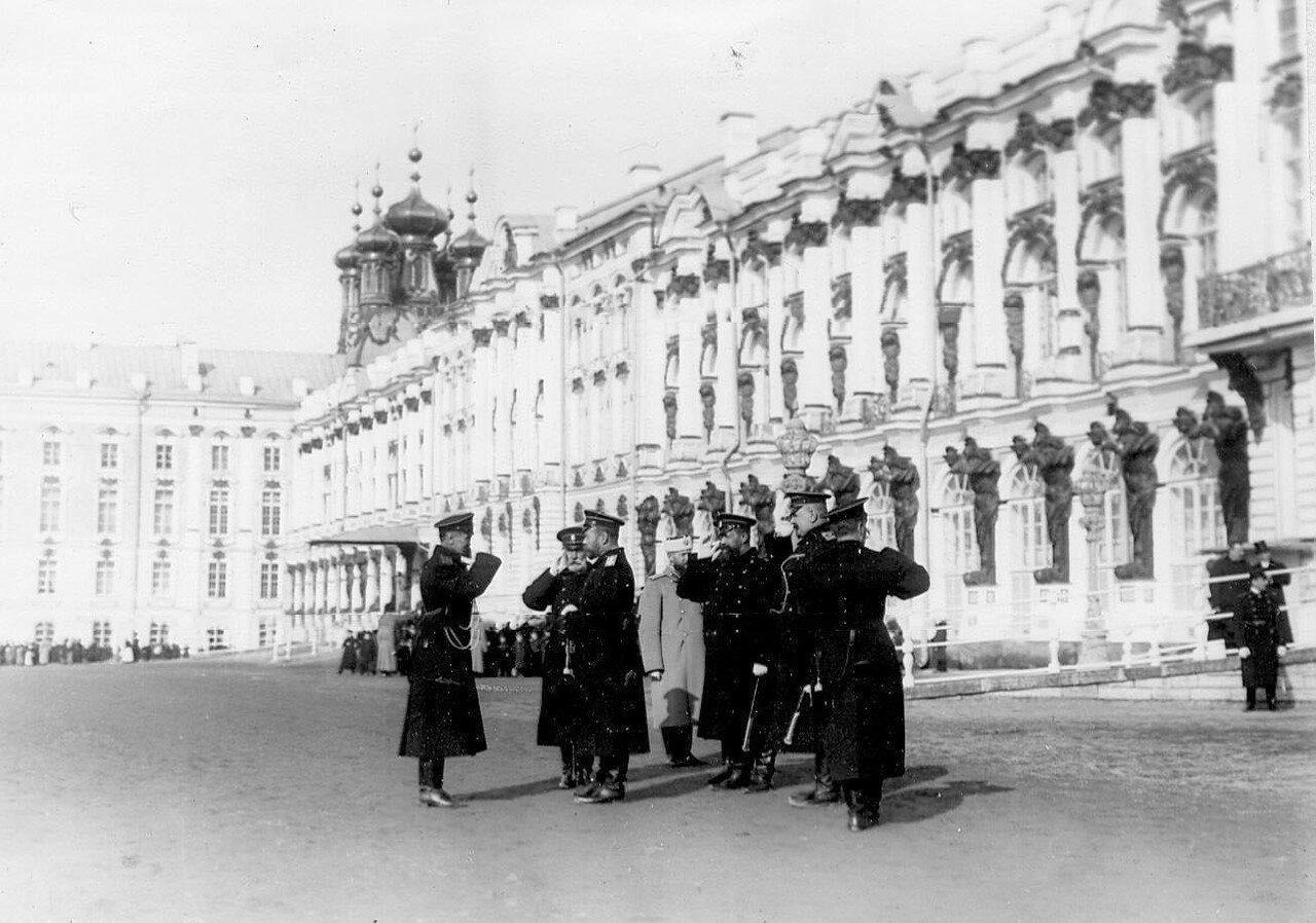 16. Император Николай II принимает рапорт командующего парадом. 14 апреля 1909