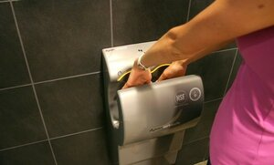 Сушилки для рук распространяют бактерии