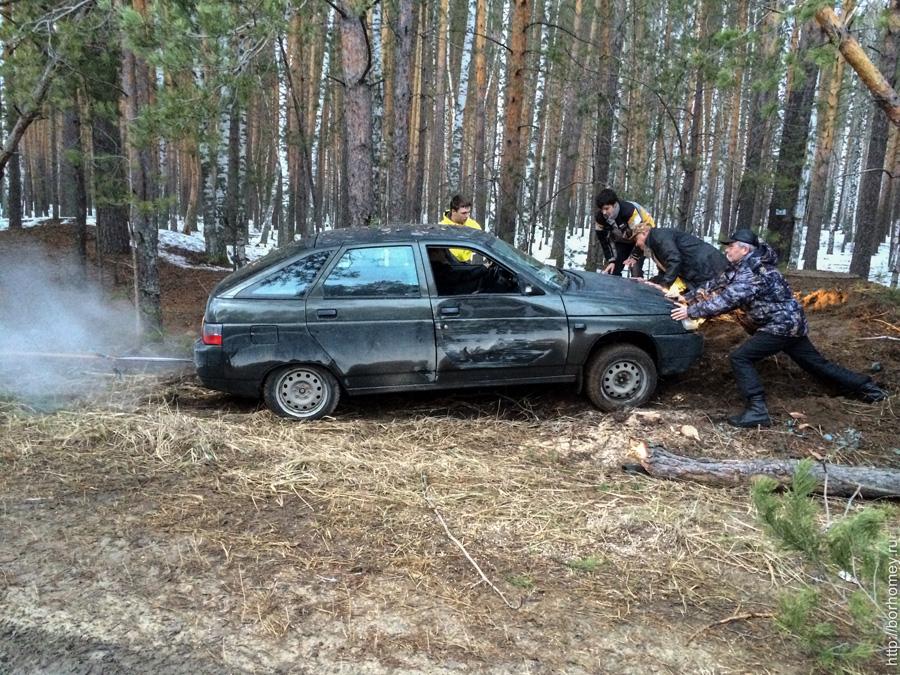 машина въехала в пень в лесу