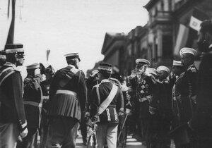 Итальянский король Виктор Эммануил III обходит почетный караул, выстроенный для его встречи на Английской набережной.