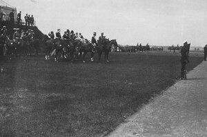 Император Николай II и итальянский король Виктор Эммануил III смотрят на проходящие воинские части во время парада в Красном Селе.