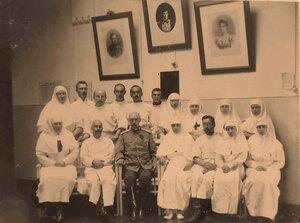 Группа медицинского персонала офицерского лазарета с почетным попечителем - окружным военно-санитарным инспектором;4-я справа сидит-старшая сестра лазарета Л.В.Никитина.