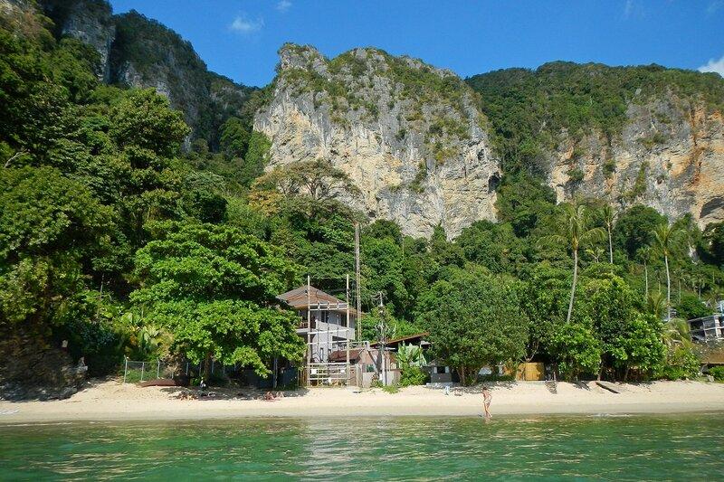 Пляж Pai Plong Beach и горы