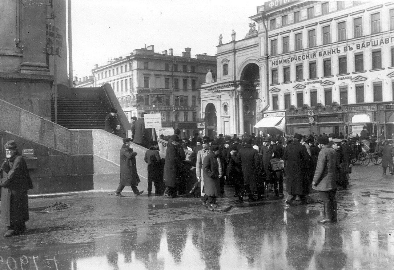 20 марта 1906. Группа у Городской думы, где происходят выборы выборщиков в Первую Государственную думу.