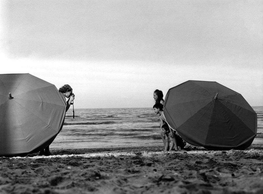 1963. Из жизни отдыхающих  на пляже