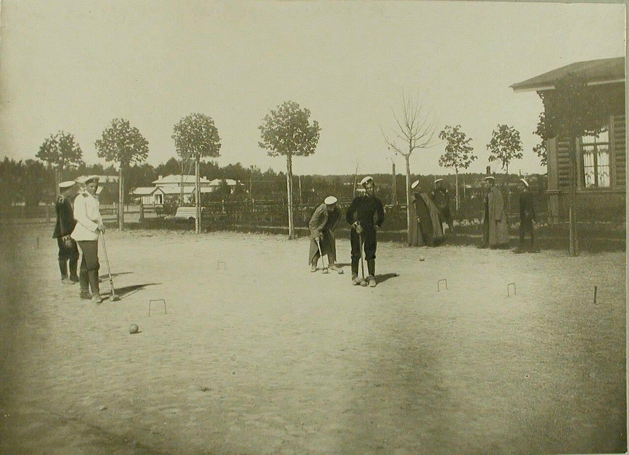 17. Группа юнкеров во время игры в крокет. Красное Село