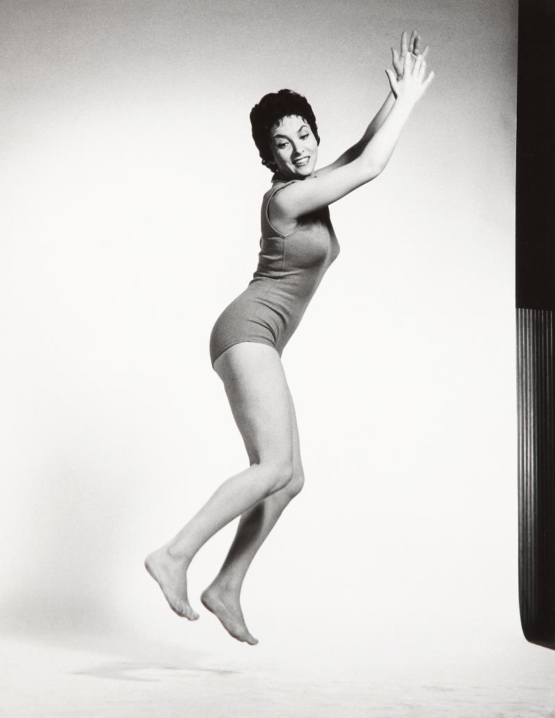 1954. Джина Лоллобриджида в прыжке