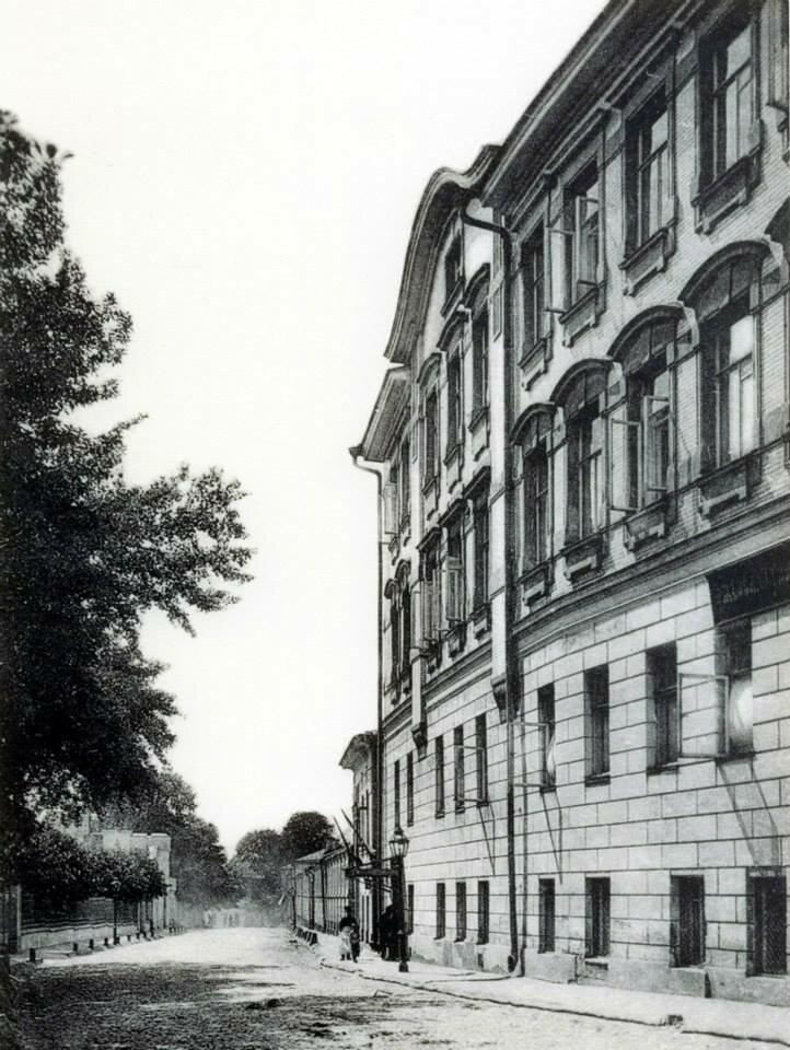 667. Колпачный переулок