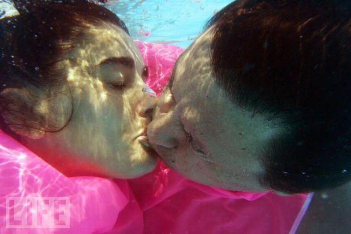Поцелуи в самых неожиданных местах и во время невероятных событий