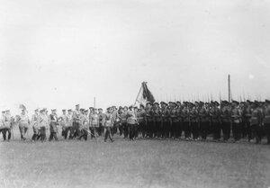 Императоры Николай II и Вильгельм II с группой офицеров производят смотр 85-го Выьоргского императора Вильгельма II полка.