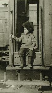 Воспитанник одного из сибирских полков, названный талисманом полка, на ступеньках железнодорожного вагона.