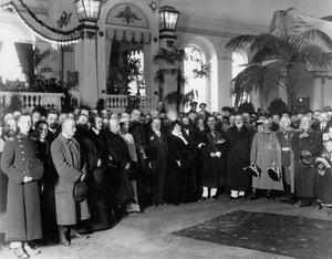 Группа участников открытия выставки в зале Михайловского манежа. 1913 г.